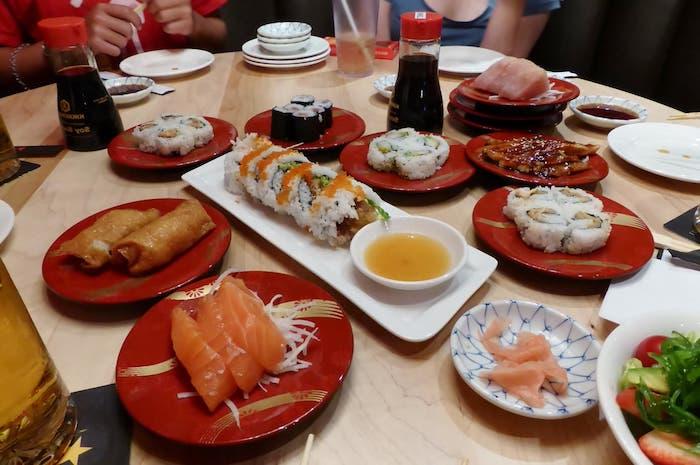 Chouette idée repas anniversaire, idée de repas d anniversaire, sushi pour tout le monde, manger dans un restaurant