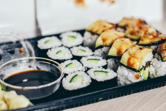 Trouver une idée idée facile pour le diner anniv, commander de sushi, idée repas anniversaire, cool idée repas simple