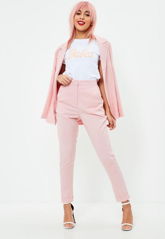 tenue en blanc et rose pastel, style vestimentaire femme chic en costume rose avec t-shirt et sandales à talons