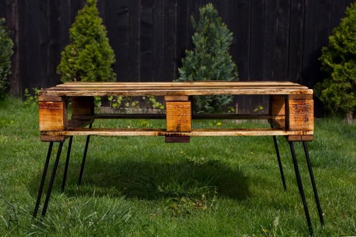 modèle de table fait main en bois palette avec pieds en fer, exemple que faire avec des palettes, mobilier extérieur diy