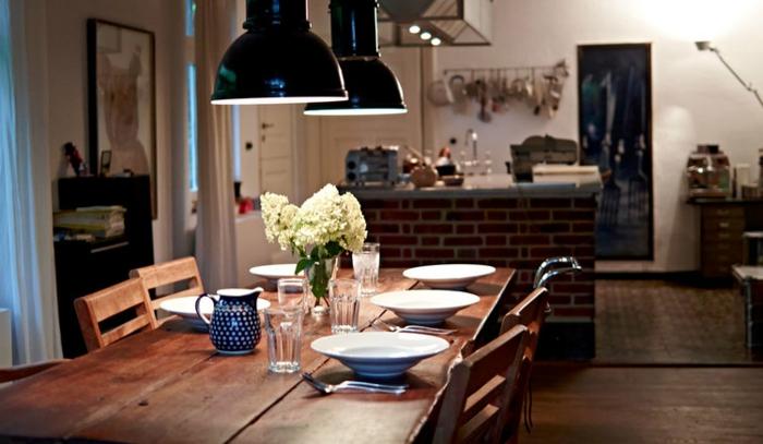 petite cuisine, îlot sur muret, lampes industrielles, grande table en bois, chaises en bois
