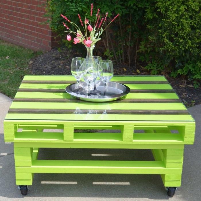 relooking meuble avec peinture verte, modèle de table basse en palette DIY avec plateau en verre, recyclage palette facile