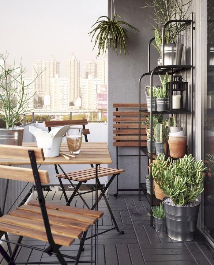 étagère surchargée de plantes grasses et autres plantes vertes, chaises et table en bois et metal, revetement sol gris