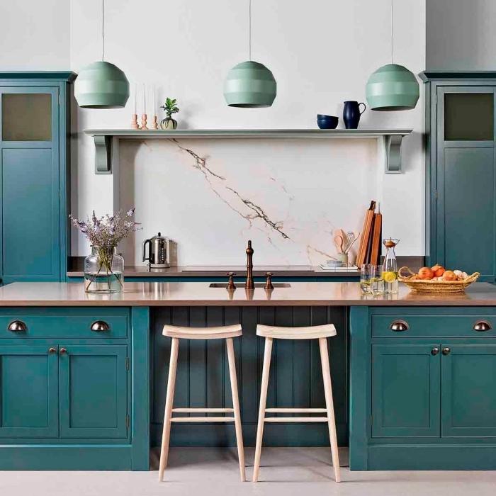 exemple de couleur mur cuisine avec meuble bois repeints en bleu, plan de travail bois laqué avec robinet métal