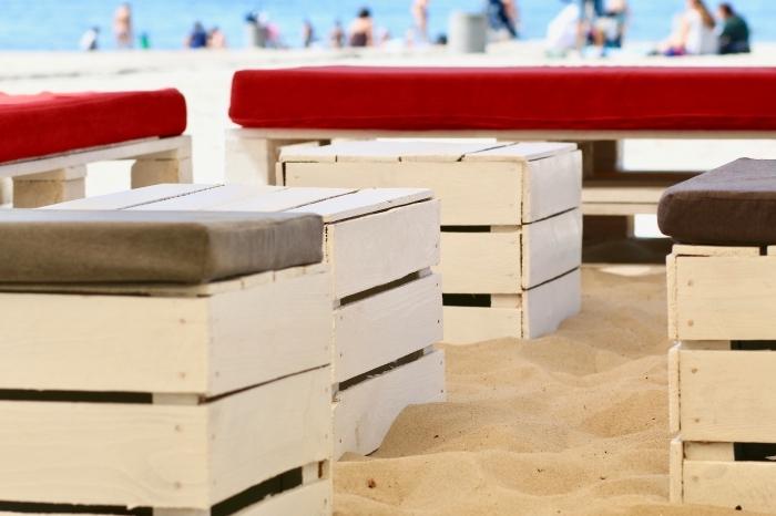 relooking meuble bois avec peinture blanche, modèle de table basse palette, idée recyclage de palettes bois