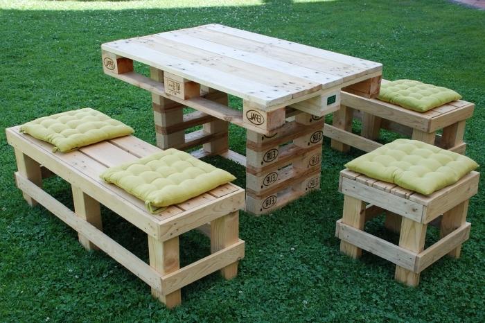 assemblage palette facile pour faire une table extérieur, aménagement jardin avec meubles en bois recyclé fait main