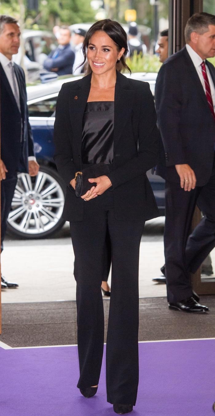 pantalon fluide femme en noir combiné avec chaussures à talons, look total noir pour cérémonie femme, vision Meghan Markle