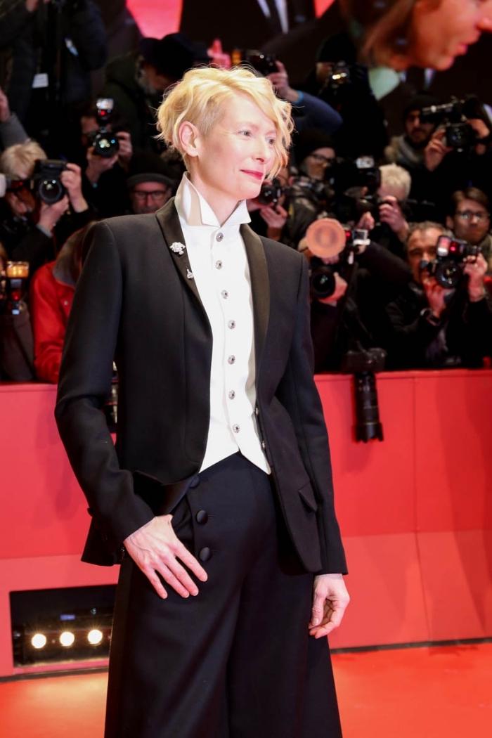 look stylé pour femme bien habillée en costume noir, idée tenue blanc et noir pour cérémonie officielle femme