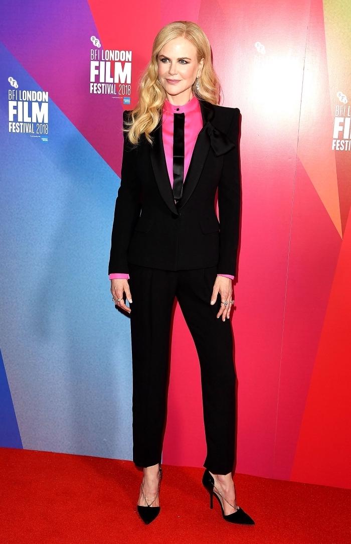 exemple de pantalon tailleur femme en noir combinée avec chemise rose fuschia et cravate noire, coiffure cheveux longs et bouclés