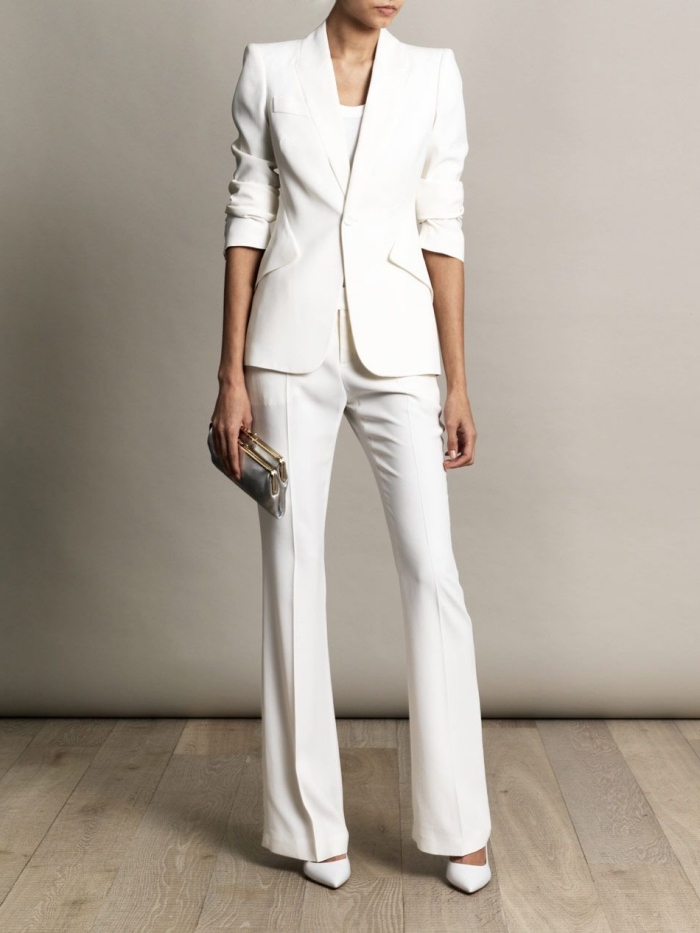 comment s'habiller pour baptême, modèle de costume blanc pour femme aux manches courtes, exemple pochette argent