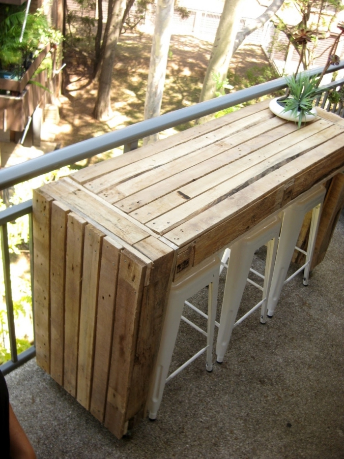 diy meuble pour espace limité extérieur, modèle de table bar en bois, exemple comment décorer un balcon étroit