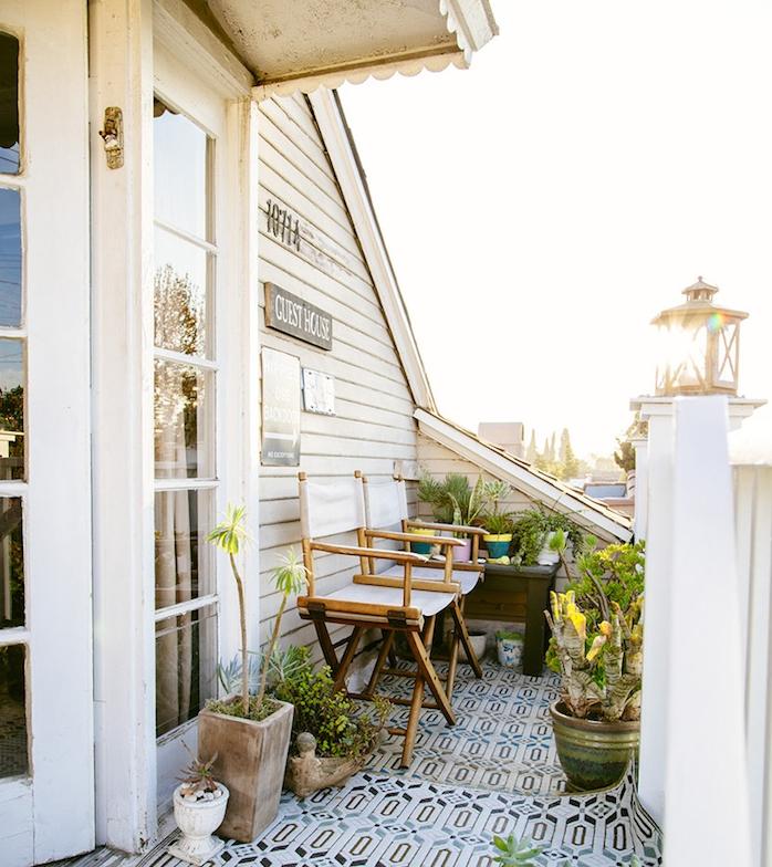 chaises bois et toile sur un balcon décoré de plantes en pots de fleur, deco sol de balcon avec carrelage oriental, ambiance depaysante