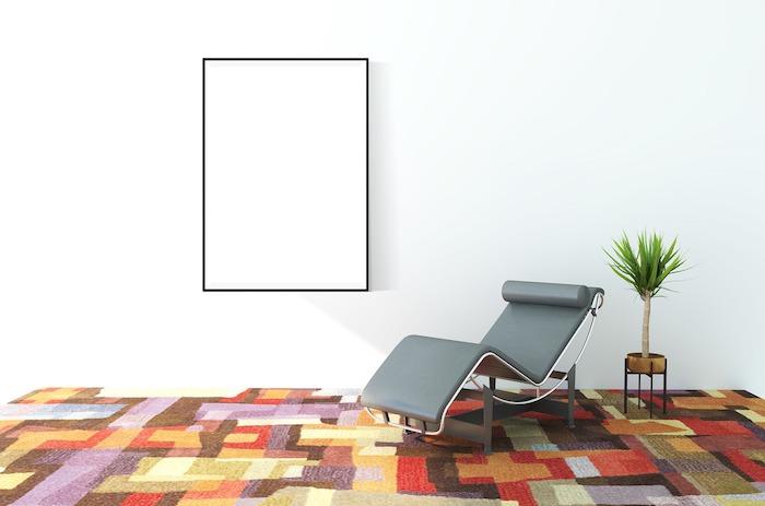 comment decorer les murs dans le salon minimaliste, tapis coloré, canape en cuir gris et plante verte d'intérieur