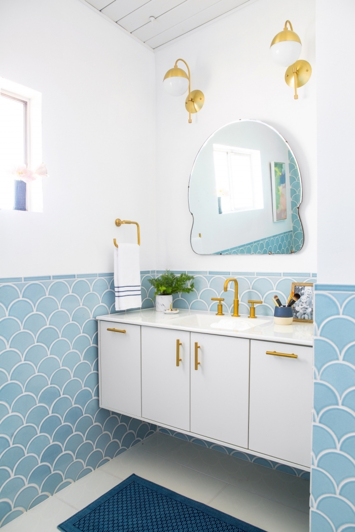aménagement petite salle de bain blanche avec carreaux bleu et finitions dorées, plafond salle de bain en bois blanc