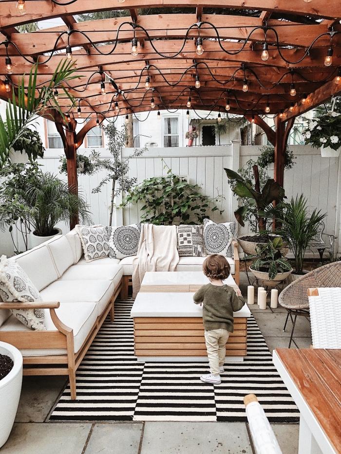 construire ses meubles en palettes de bois, comment recycler les palettes, déco de jardin avec meuble bois et accessoires bohème chic