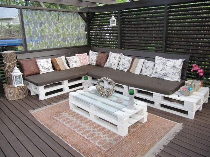 coussins décoratifs de couleurs neutres, exemple décoration arrière-cour avec canapé DIY et petite table de jardin