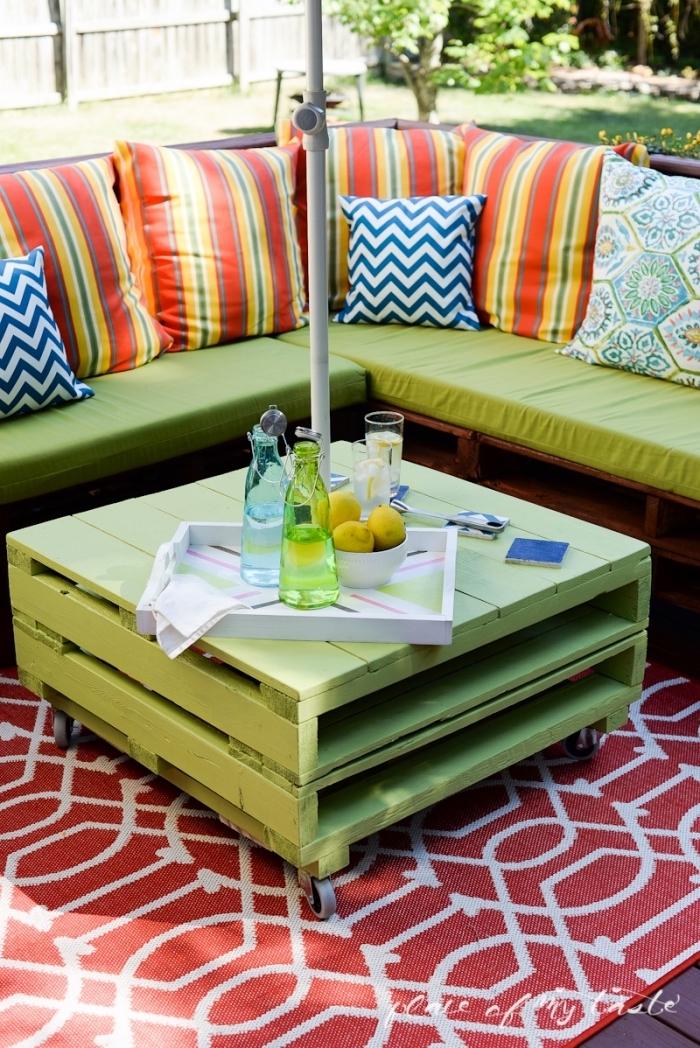 espace extérieur aménagé avec meubles diy, pied de table basse roulette, relooking meuble en bois avec peinture verte