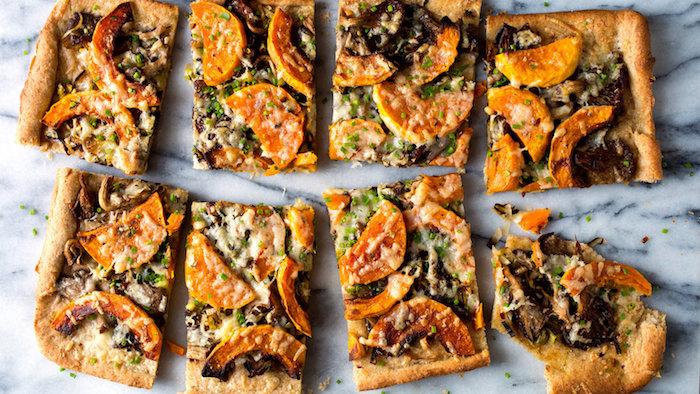 repas simple et rapide pour le soir, tarte aux patates douces champignons et fromages avec parmesan, idée culinaire végétarienne