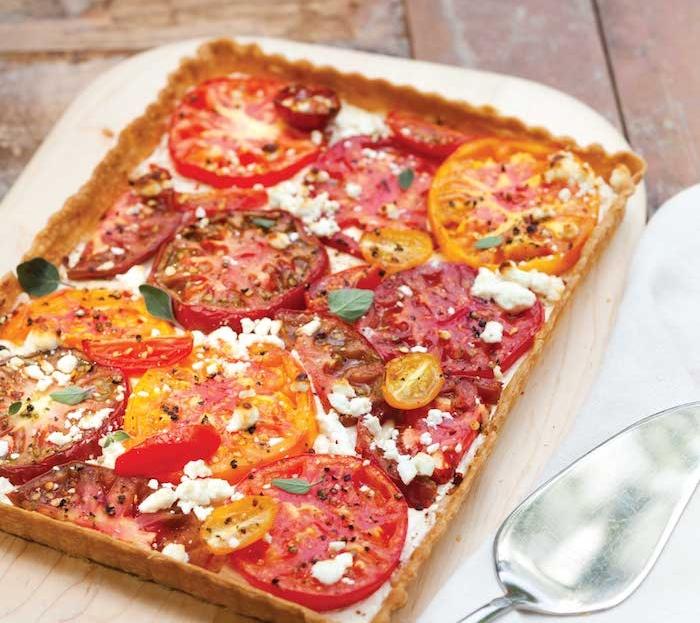 variation tarte aux tomates avec du fromage de chèvre sur pâte, idée que manger ce soir sans viande