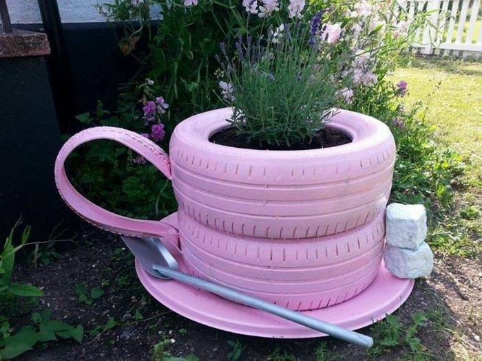 grande tasse à café fabriquée avec des pneus, bèche pour cuillère, deux pierres blanches à la place de sucre