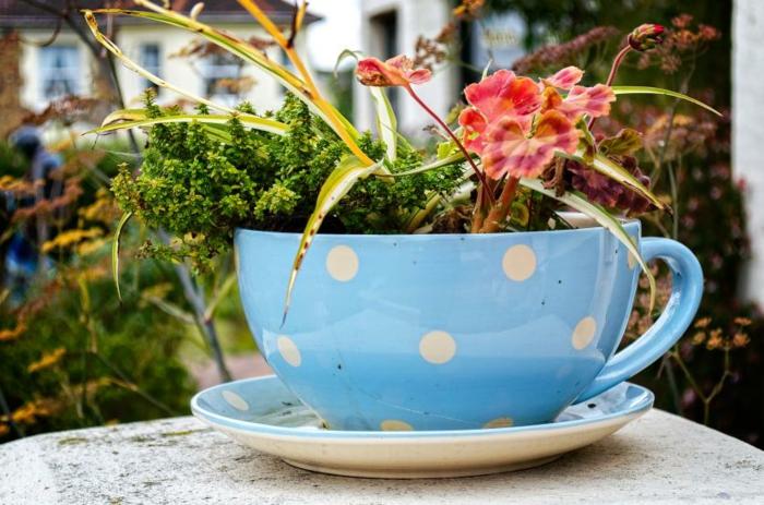 tasse à café bleue pointillée, decoration exterieur originale, grande tasse pointillée comme pot de jardin