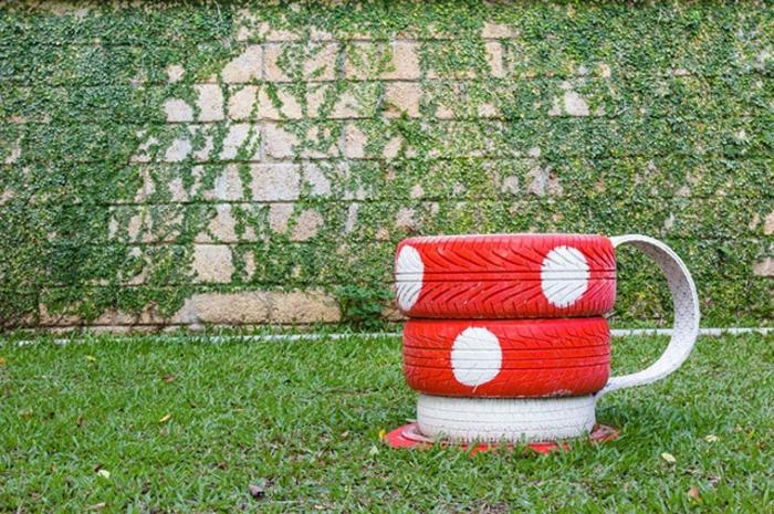tasse à café, pneus peints et pointillés, mur avec plantes grimpantes, idée de déco jardin