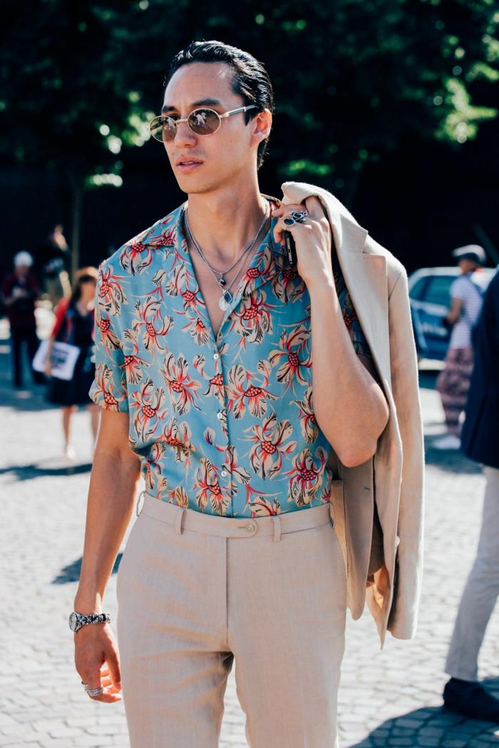 comment s'habiller hippie chic homme, chemise bleue aux imprimés, bijoux bohème, pantalon et veste beige