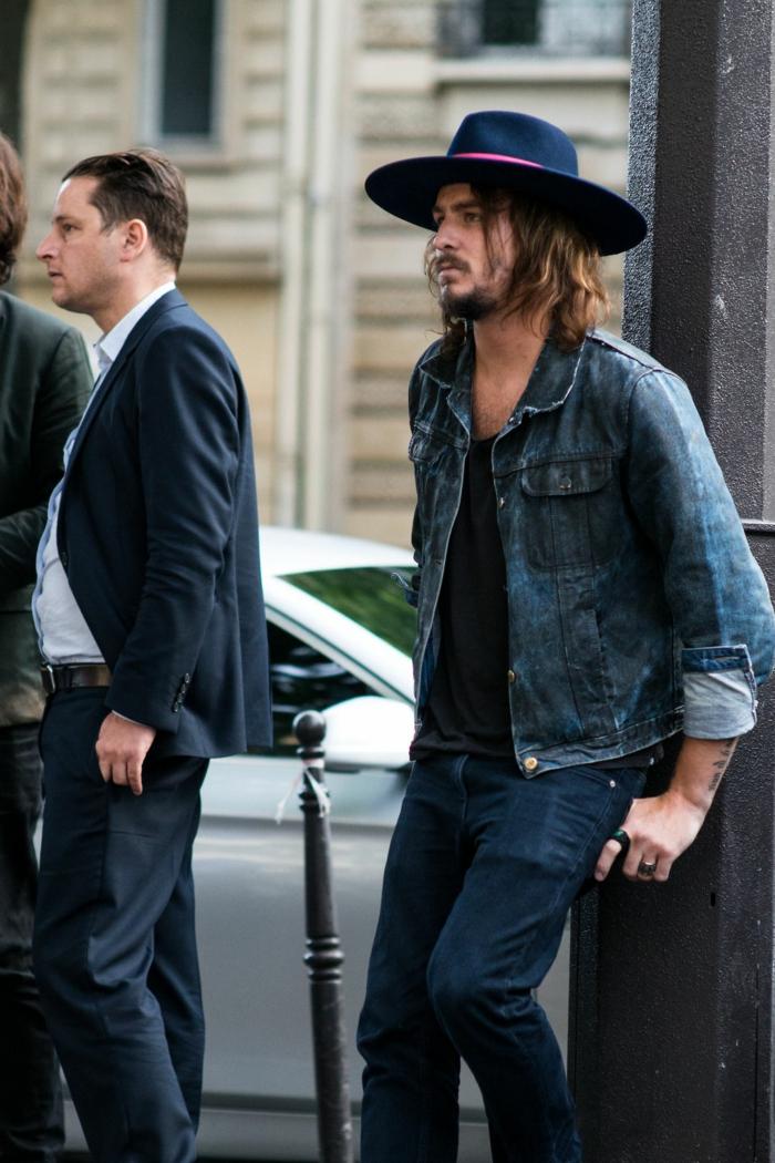 chemise bleue, chapeau avec périphérie, t-shirt noir, veste denim, mode hippie chic homme