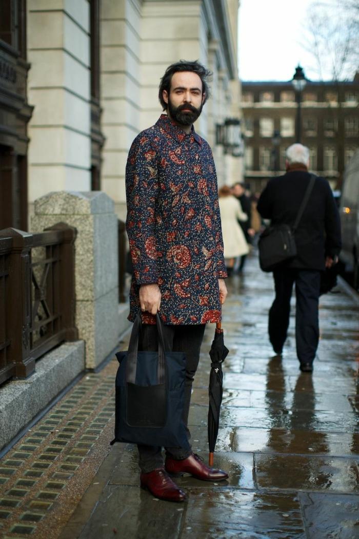 manteau bohème, jean noir, parapluie noire, tenue hippie chic homme, homme classe style hippie
