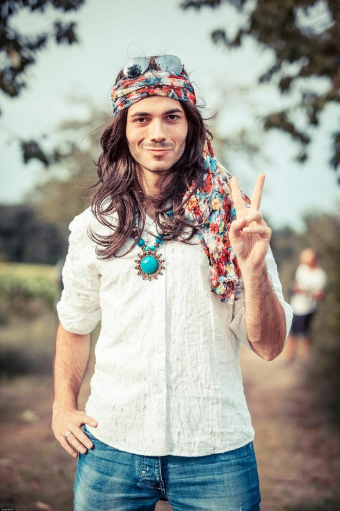 comment s'habiller hippie chic homme, chemise blanche, bijoux boho, look boho chic, bandeau cheveux bariolé