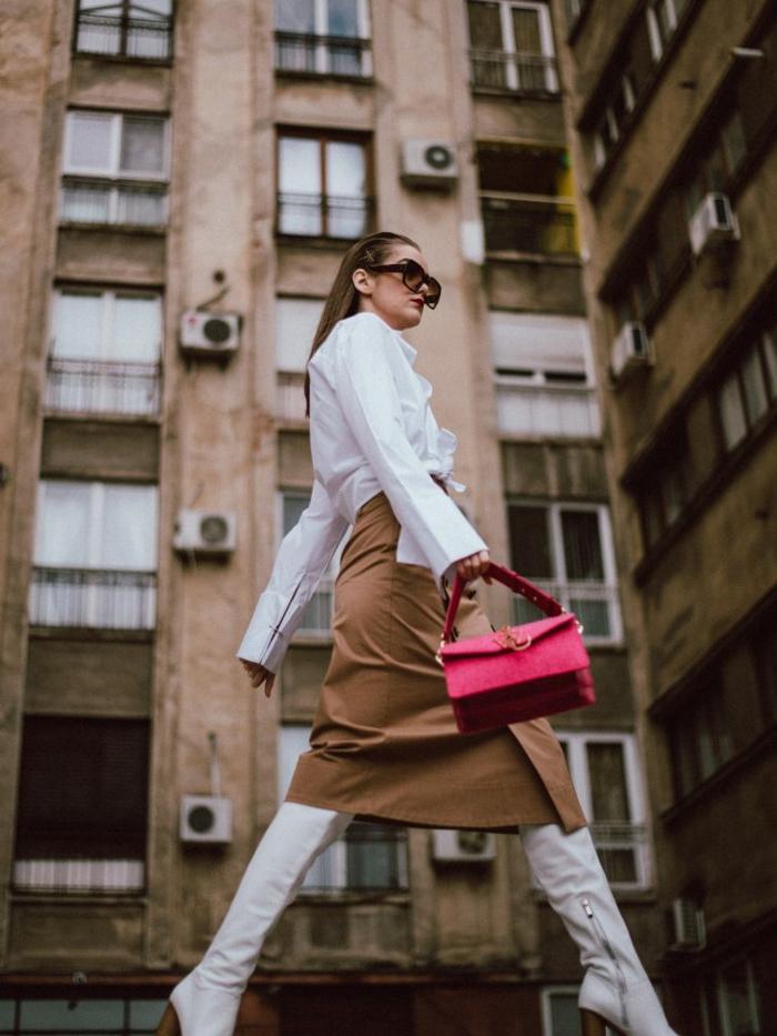 jupe midilongue, sac rouge rectangulaire, chelise blanche, cuissardes blanches, cheveux longs lissés