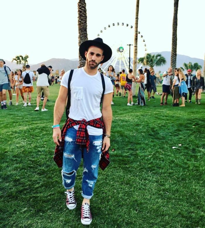 vetement boho chic, jean déchiré, chemise à carreaux, chapeau noir, mode hippie chic