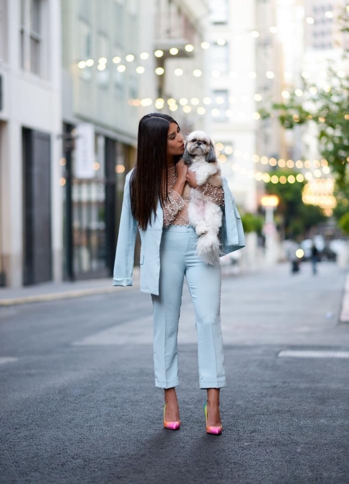 ensemble tailleur pantalon femme de couleur bleu, vêtements de couleurs pastel pour femme élégante, modèle chaussures bicolore en rose et vert