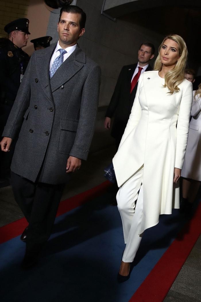 pantalon femme taille haute chic, look total blanc femme avec pantalon et blazer tunique, coiffure cheveux légèrement ondulés