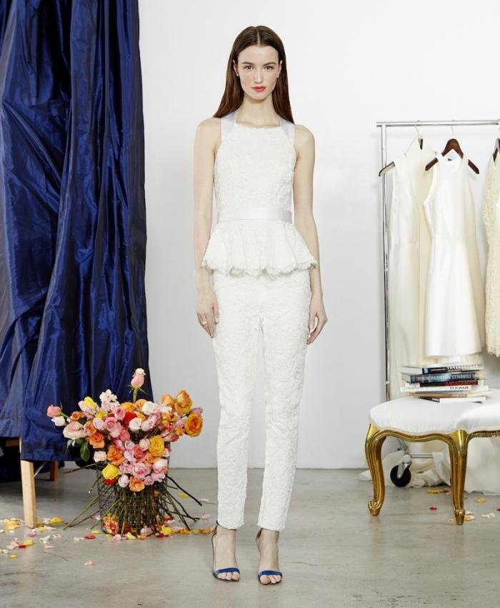 idée vêtements de mariée, exemple de costume en pantalon slim et top avec bretelle à motifs dentelle florale blanche