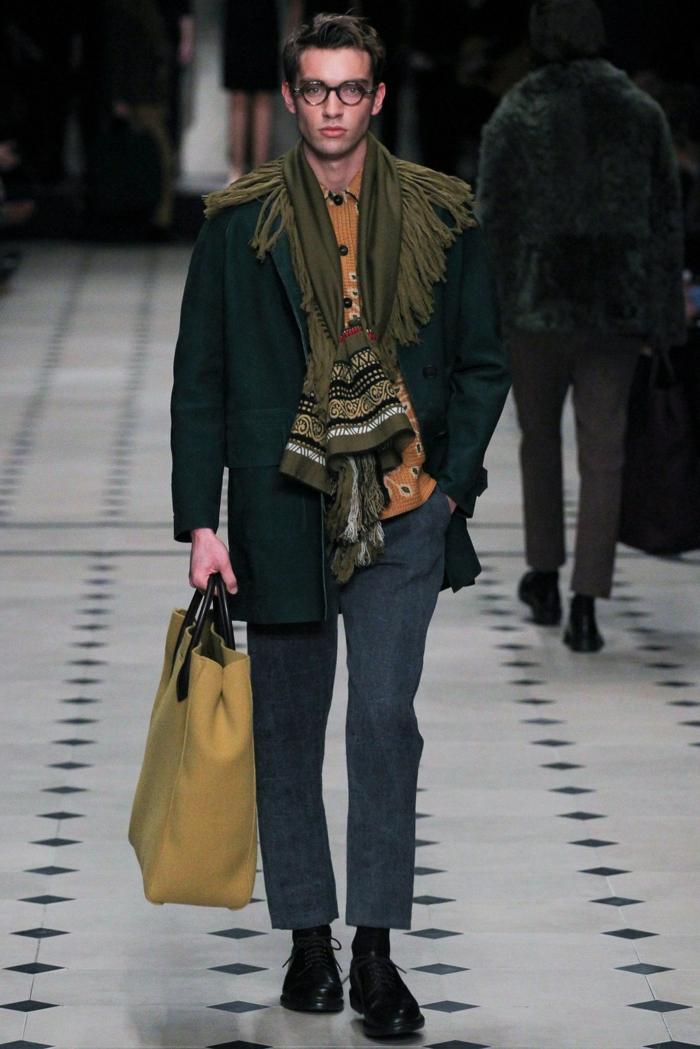 hippie homme, pantalon gris, grand sac beige, bottes noires, grande écharpe ethnique