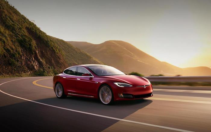 Les concessions Tesla sont des salles d'expositions mais pas des points de vente et augmentation ses prix de 3 pour cent