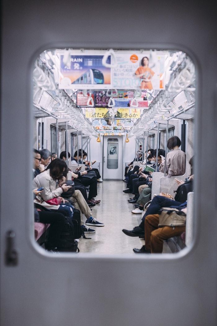 Dans le métro tout le monde avec son portable paysage urbain, asia paysage, japon paysage, photographie urbaine