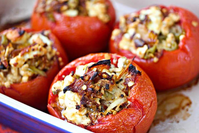 idée repas simple de tomates farcis de fromage, poivrons, oignons, idee repas ete facile a preparer
