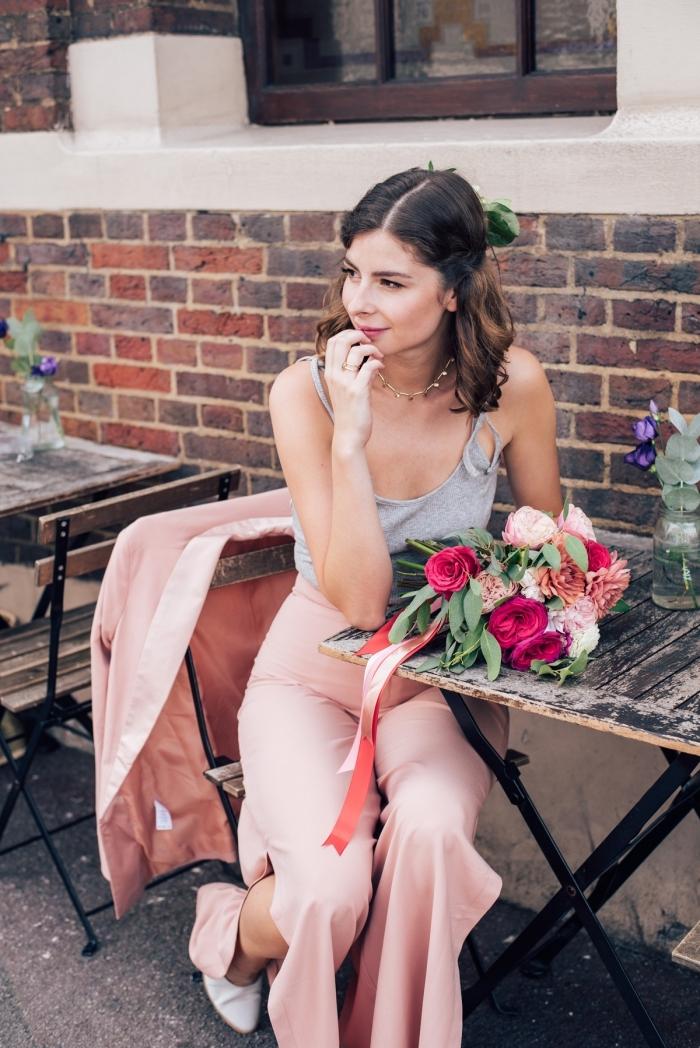 idée coiffure romantique avec boucles, modèle de tailleur rose pastel avec pantalon fluide à fente, chassures blanches à talons