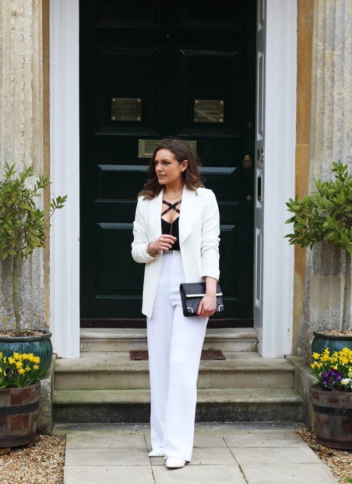 pantalon tailleur femme stylée, tenue en blanc et noir pour cérémonie, modèle de pochette en cuir noir avec motifs argent