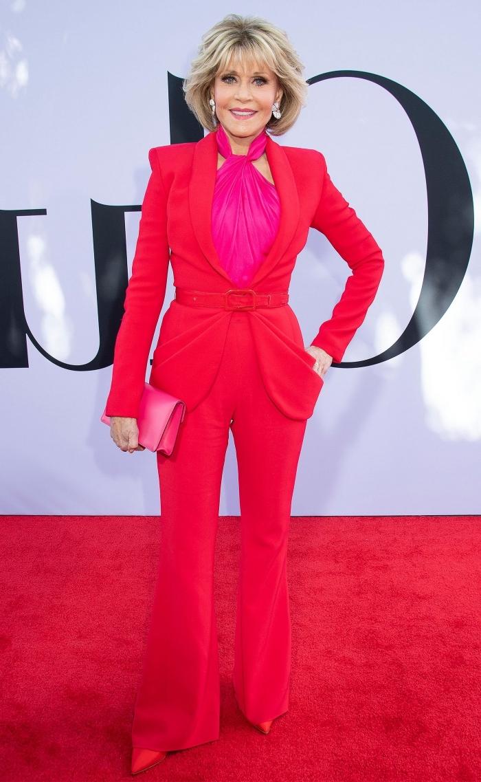 quelles couleurs associer pour une tenue femme stylée, exemple de costume rouge pour femme avec chemise rose