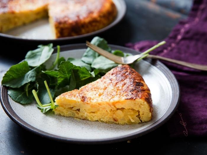 recette facile et rapide de tortilla espagnole aux pommes de terre, aux oeufs et à l'oignon, recette rapide pour le soir