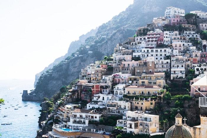 Amalfi beau paysage pour fond d'écran urbain, civilisation photographe vue de Positano colin avec les maisons jolies