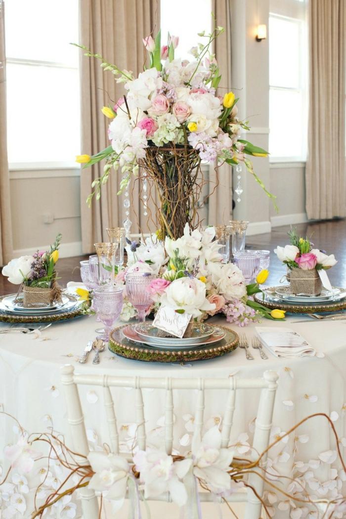 table de mariage originale et élégante, sous-assiettes vintage, assiettes, bouquet rose pale aux touches jaunes