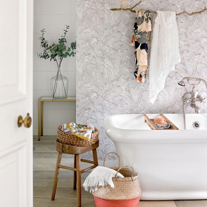 modèle de papier peint imperméable en blanc et gris, panier paille pour serviettes salle de bain, agencement salle de bain avec baignoire