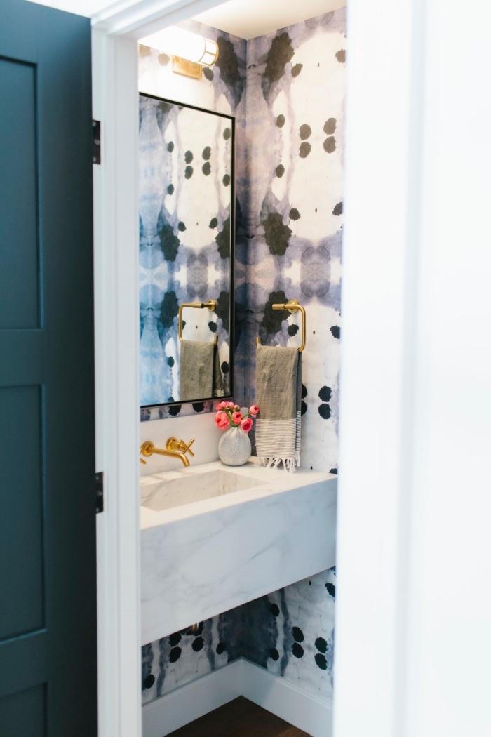 comment décorer une petite salle de bain aux murs à design aquarelle blanc et noir avec vasque marbre blanc et robinet or