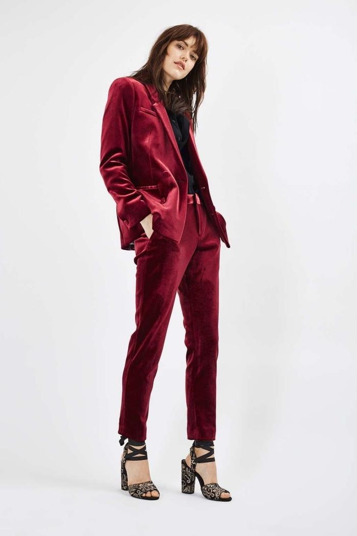 idée tenue pour marriage civile femme invitée, modèle de tailleur pantalon femme en velours rouge foncé avec sandales noires