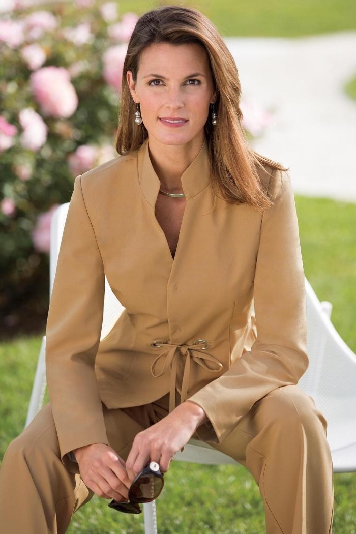 costume beige avec blazer et pantalon fluide femme, comment bien s'habiller pour une cérémonie officielle femme