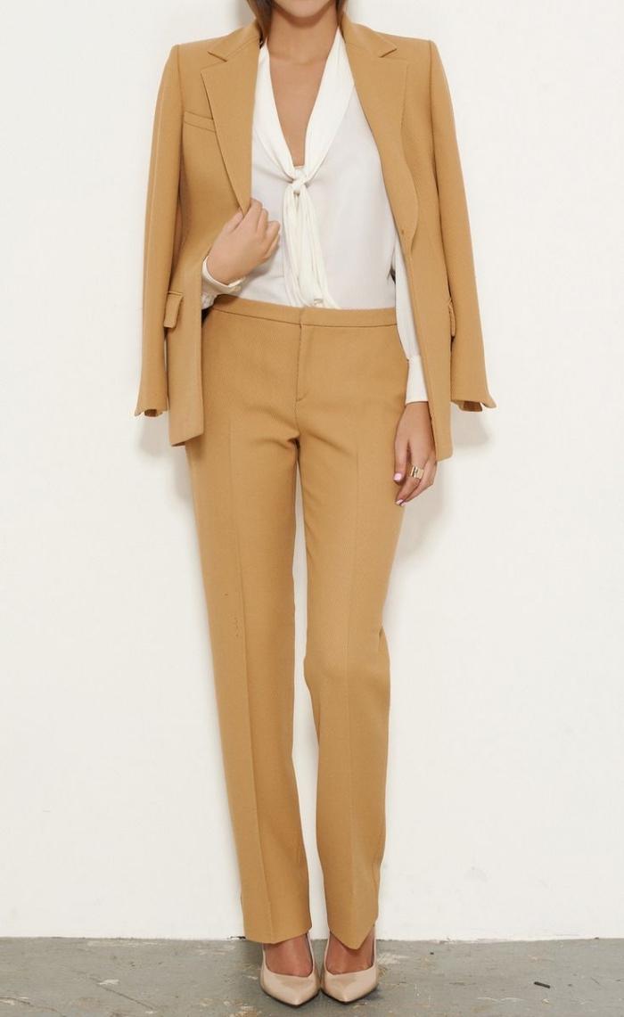 exemple de tenue officielle pour cérémonie femme, costume camel avec pantalon à taille haute et chemise blanche